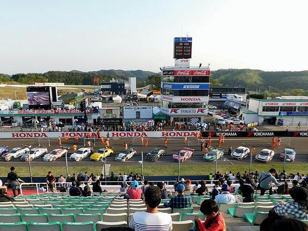ゴール後にコントロールタワー前に並んだ各車