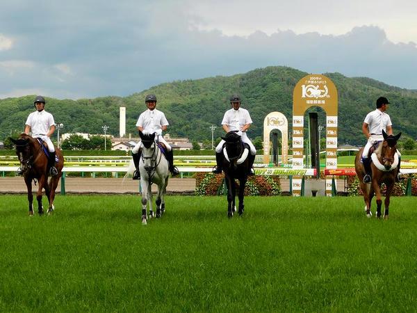 ゴール板とメインレースの誘導馬