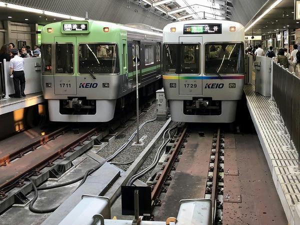 吉祥寺駅で発車を待つ渋谷行き各停と急行