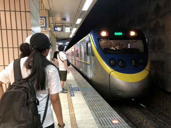 台北駅に進入する瑞芳行1192次区間車