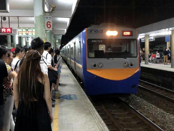 瑞芳駅に進入する桃園行き4209次区間車