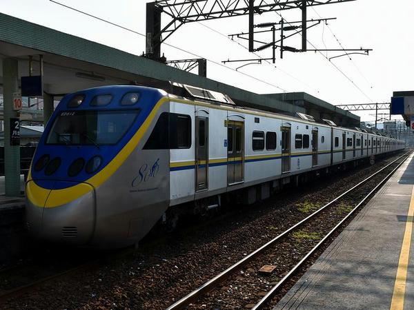 瑞芳駅に到着した1192次区間車