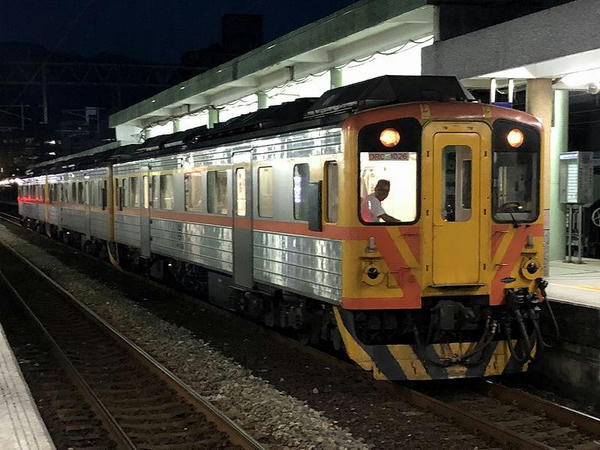瑞芳駅に到着した4735次区間車