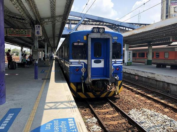 彰化駅に停車中の新竹行き2528次区間車