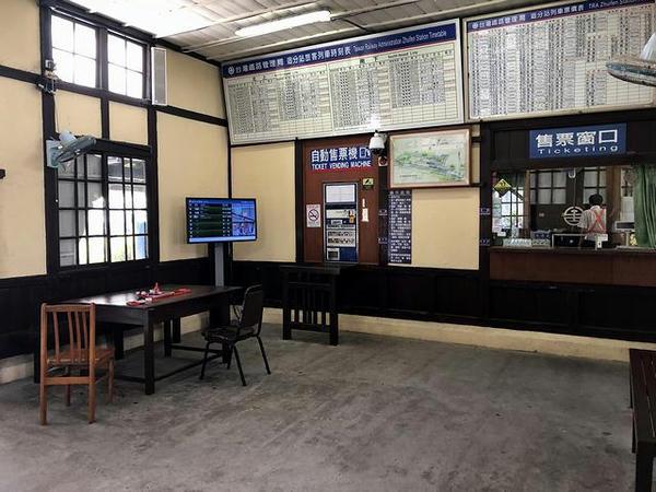 追分駅の待合室(窓口方向)