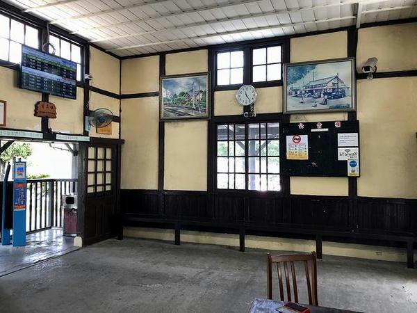 追分駅の待合室(改札口方向)