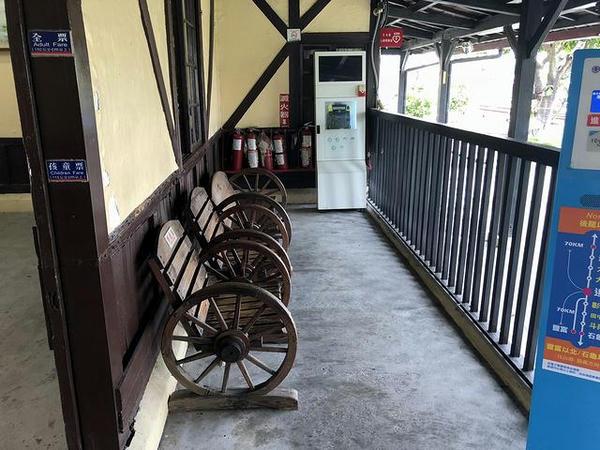 追分駅の改札口外側にある待合スペース