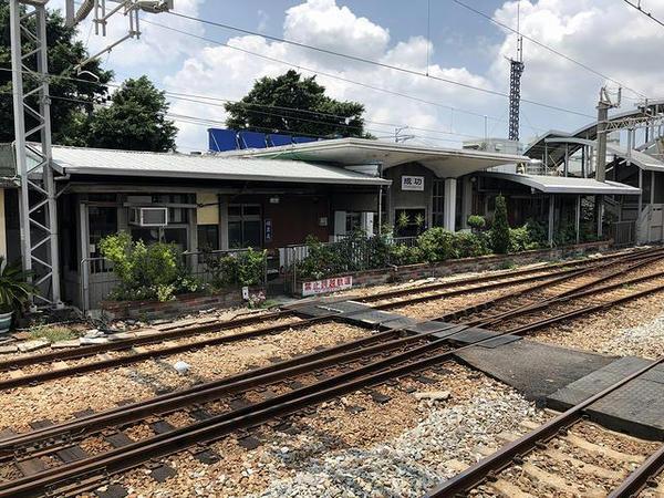 成功駅の駅舎(ホーム側から)