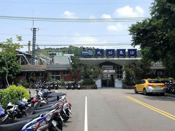 成功駅の駅舎(出入口側から)
