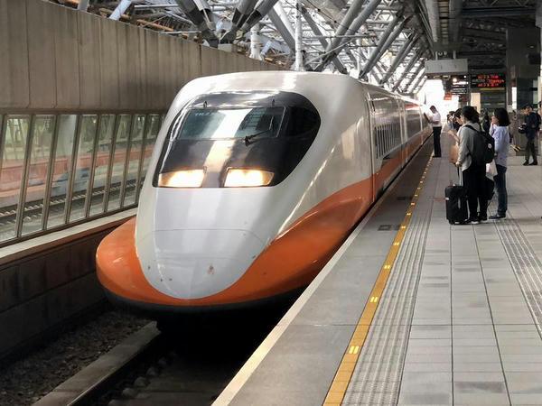 (高鉄)台中駅に進入する左営行き663次列車