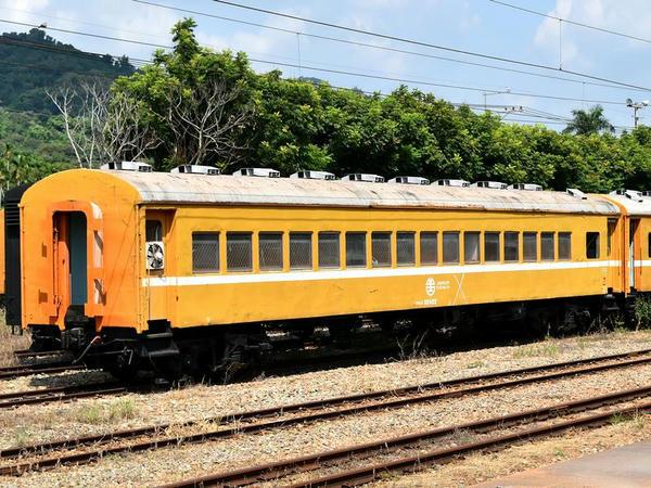 二水駅に留置されていた元平快車用だった事業用客車(30ES32422)