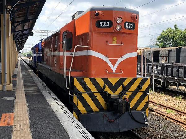 二水駅に停車中のR20型電気式ディーゼル機関車(R23,R40)