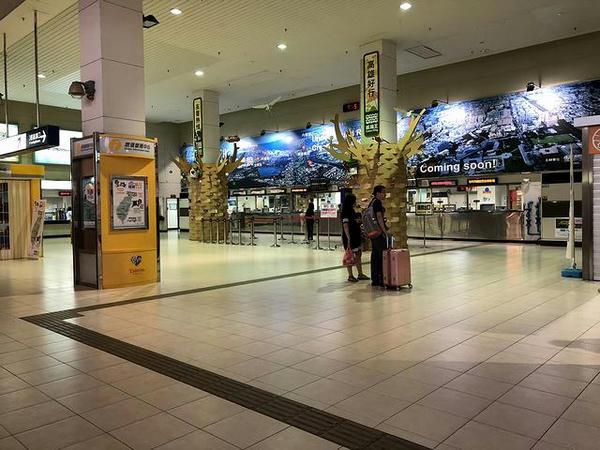 高雄駅1階の切符売り場付近
