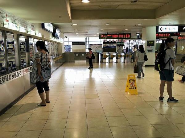 高雄駅2階の改札口付近