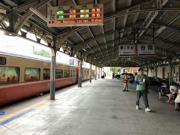 台南駅第1月台に到着した506次莒光号