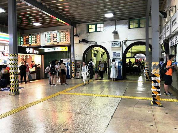 台南駅の駅舎内