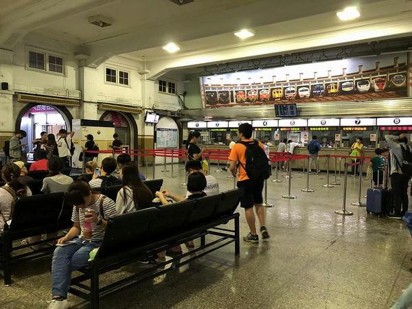 台南駅の切符売り場付近