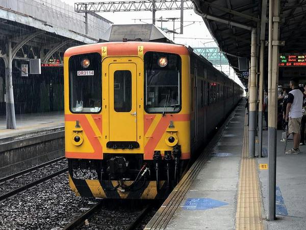 台南駅に進入する台東行き371次自強号
