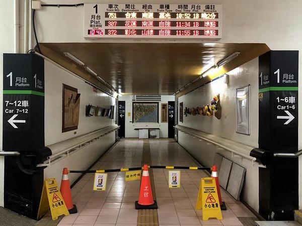 地下道の案内表示