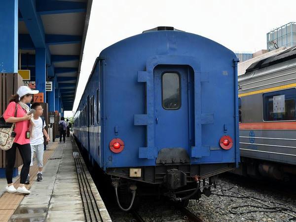 枋寮駅に停車中の台東行き3671次普快車(最後尾)
