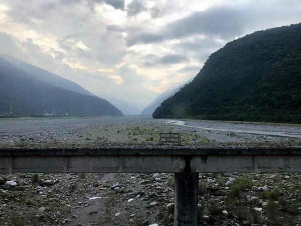 車窓から見た和平渓と改良前の橋梁
