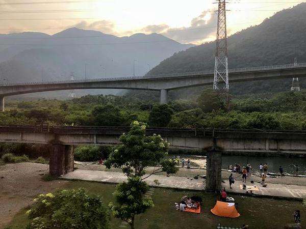 車窓から見た東岳湧泉