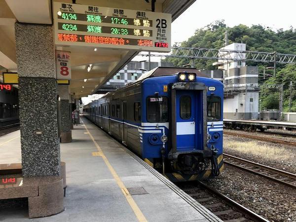 蘇澳新駅に進入する蘇澳行き4194次区間車