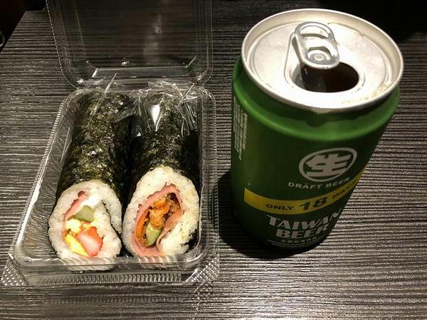 夕食に食べた巻き寿司とビール