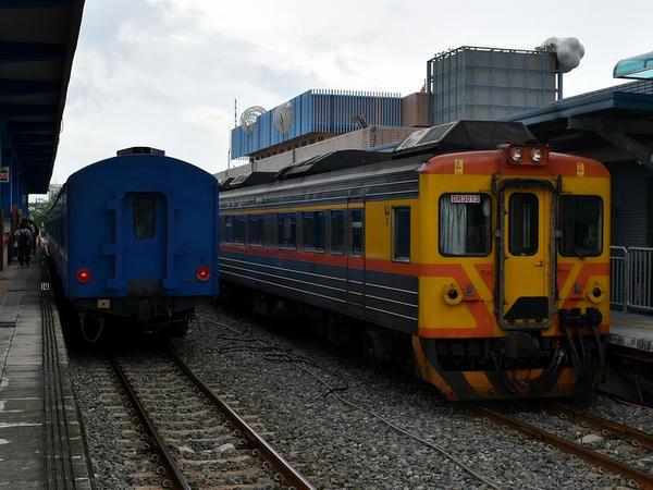枋寮駅に停車中の台東行き3671次普快車と自強号用DR3000型を使用した潮州行き3520次区間車