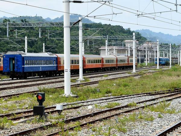 台東駅構内の車両基地(冷気平快用客車やDR2700型気動車、DR2510型気動車が見える)