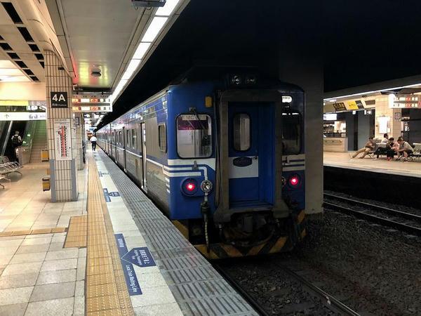 台北駅に停車中の蘇澳行き4128次区間車