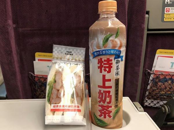 朝食に購入した三明治と奶茶