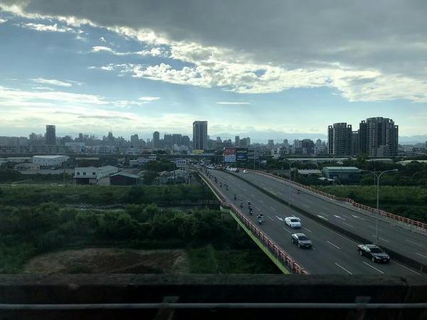 車窓から見た台中駅手前あたりの景色