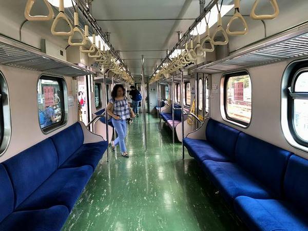 EMU600型電車の車内