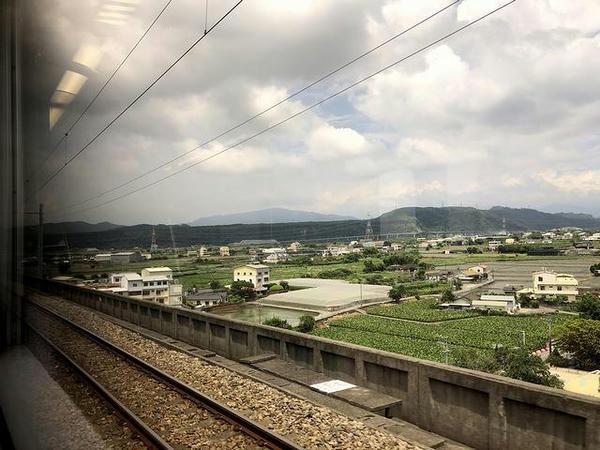 車窓から見た泰安駅手前の景色