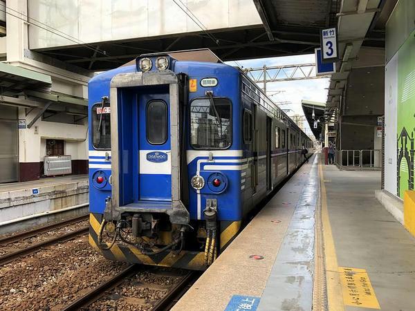 新竹駅に停車中の六家行き1744次区間車