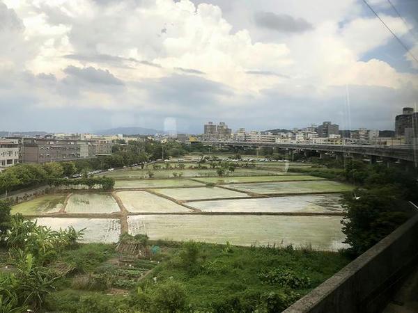 新荘駅発車後の車窓から見た竹中駅方面