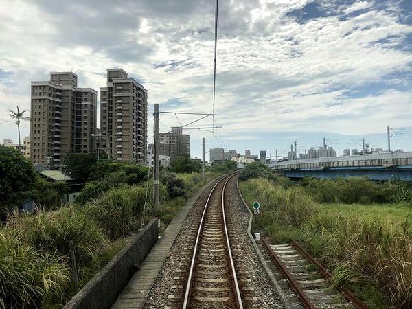竹中駅を後にして高架線から地上へ(最後尾の窓から)