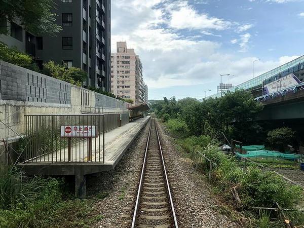 栄華駅発車直後(最後尾の窓から)