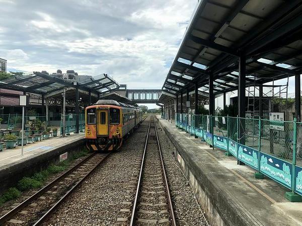 竹東駅を発車(最後尾の窓から)