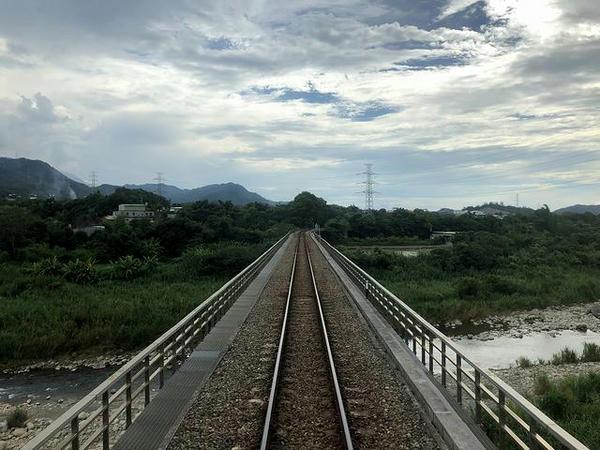横山大橋で前頭渓を超える(最後尾の窓から)