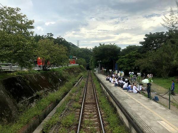 合興駅を発車(最後尾の窓から)