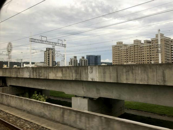 車窓から見た高鉄の高架線
