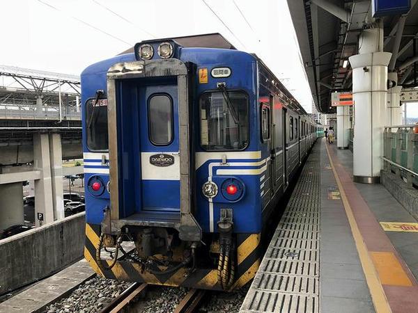 六家駅に停車中の新竹行き1757次区間車
