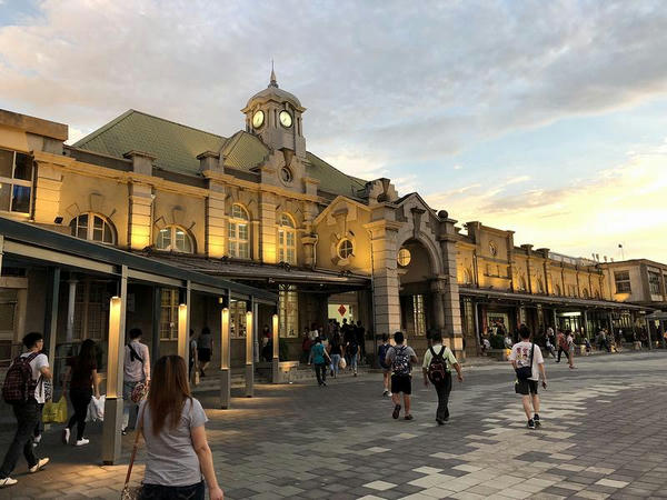 夕暮れの新竹駅駅舎