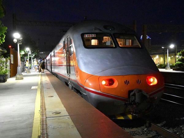 新竹駅に停車中の七堵行き138次自強号