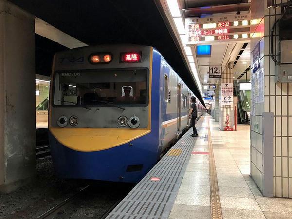 台北駅に停車中の基隆行き1098次区間車