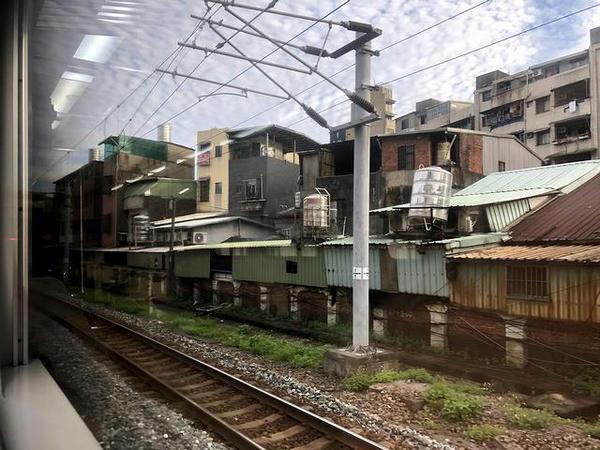 車窓から見た三坑駅発車直後の景色