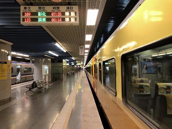 彰化行き109次自強号が停車中の基隆駅第2B月台