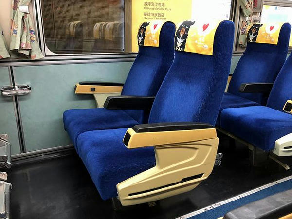 EMU300型電車のシート